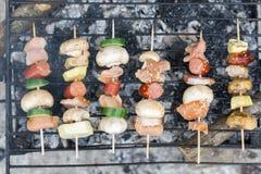 Odgórnego mieszkania nieatutowy widok mięsa i warzyw kebabs na grillu Obraz Stock