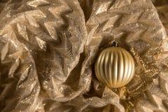 Odgórnego widoku abstrakta kuli ziemskiej Ciepły Złocisty Bożenarodzeniowy ornament Na Błyszczącym Fa Obrazy Stock