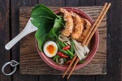 Odgórnego widoku af kluski polewka z krewetkami, jajkiem i Choi smażącymi, zdjęcia stock