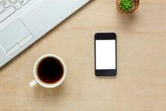 Odgórnego widoku akcesoriów biurowy biurko telefon komórkowy, nutowy papier, cof Obrazy Stock