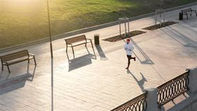 Odgórnego widoku atlety biegacza szkolenie przy drogą w czarnym sportswear przy środkową pozycją Mięśniowy dysponowany sporta mod zbiory wideo