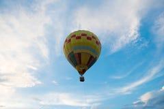 Odgórnego widoku balonu latanie na niebieskim niebie zdjęcie stock