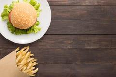 Odgórnego widoku bbq francuza i hamburgeru dłoniaki na drewnianym tle fotografia royalty free