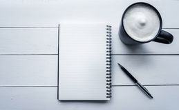Odgórnego widoku biurka biuro z notepaper, pióro, kawa w bielu stole Obrazy Stock
