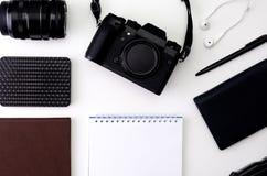 Odgórnego widoku biurka workspace z laptop klawiaturą, modniś kamera, obiektyw, hełmofony, notepad dla pisać z czarnym piórem dal fotografia royalty free