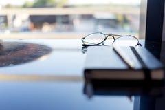 Odgórnego widoku biurko w sypialni na stole i szkła, zegar, walle Fotografia Stock