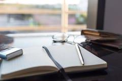Odgórnego widoku biurko w sypialni na stole i szkła, zegar, walle Obrazy Stock