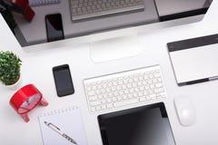 Odgórnego widoku Biurowego monitoru siatkówki komputerowy pokaz, mysz, klawiatura Zdjęcia Royalty Free