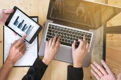 Odgórnego widoku biznesu drużyna pracuje na dokumentów dane obrazy royalty free