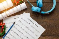 Odgórnego widoku Bożenarodzeniowy muzyczny nutowy papier z Bożenarodzeniową dekoracją a Fotografia Stock