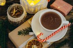 Odgórnego widoku Bożenarodzeniowy wystrój z gorącej czekolady teraźniejszością, cukierek trzciny Obraz Royalty Free