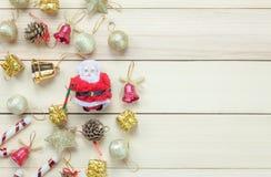 Odgórnego widoku Chrismas dekoracja i Święty Mikołaj lala na drewnianym tabl Zdjęcie Stock