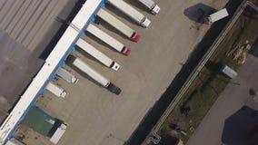 Odgórnego widoku ciężarówka z frachtowego zbiornika parking dla rozładowywać w składowym budynku zdjęcie wideo