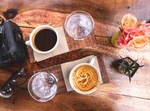 Odgórnego widoku czarna kawa i mleko kawa w białej ceramicznej filiżance na w obrazy royalty free