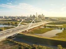 Odgórnego widoku Dallas punktu zwrotnego most Margaret McDermott na przelew trójcy śródmieściu i rzece góruje obrazy stock