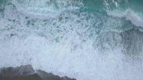 Odgórnego widoku denne fale łamają na pustej plaży Czyści morze od ptaka oka widoku, ocean fale dosięga brzeg zbiory wideo