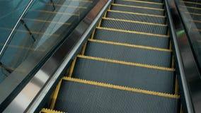 Odgórnego widoku eskalator w budynku, biurowym lotnisku lub centrum handlowe zakupy, zbiory