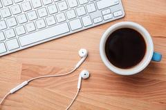 Odgórnego widoku filiżanki klawiatura i słuchawki obraz stock