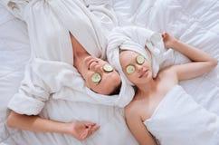 Odgórnego widoku fotografia dwa kobiety relaksuje który Zdjęcia Royalty Free