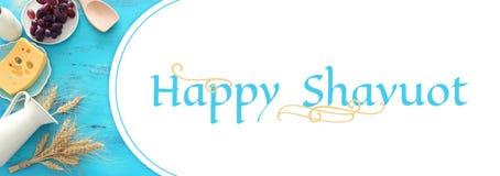 Odgórnego widoku fotografia nabiały nad błękitnym drewnianym tłem Symbole ?ydowski wakacje - Shavuot sztandar fotografia stock