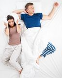 Odgórnego widoku fotografia para w łóżku Obrazy Stock