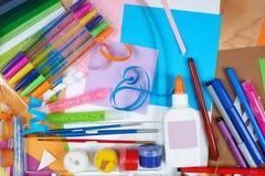 Odgórnego widoku grafiki miejsce pracy z kreatywnie akcesoriami Mieszkanie sztuki nieatutowi narzędzia dla malować i rysować Zdjęcie Stock