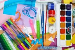 Odgórnego widoku grafiki miejsce pracy z kreatywnie akcesoriami Mieszkanie sztuki nieatutowi narzędzia dla malować i rysować Fotografia Royalty Free