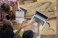 Odgórnego widoku grupa nastoletni przyjaciele być ruchliwie działaniem w drużynie z raportami i laptopie przy uniwersytetem fotografia royalty free