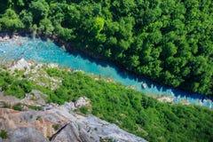 odgórnego widoku halna rzeka z błękitnym kryształem - jasna woda wśród zielonych gór Obrazy Stock