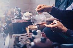 Odgórnego widoku herbata ustawia drewnianego stół dla herbacianej ceremonii tła Fotografia Royalty Free