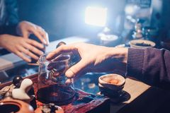 Odgórnego widoku herbata ustawia drewnianego stół dla herbacianej ceremonii tła Obrazy Stock