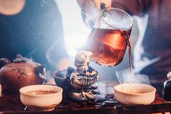 Odgórnego widoku herbata ustawia drewnianego stół dla herbacianej ceremonii tła Zdjęcia Royalty Free