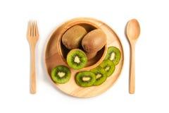 Odgórnego widoku kiwi Świeża owoc pokrajać w drewnianym talerzu z drewnianym spo obraz stock