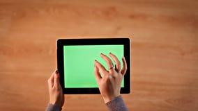 Odgórnego widoku kobieta wręcza scrolling, zbliża na cyfrowej pastylki horyzontalnej pozyci zbiory