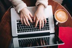 Odgórnego widoku kobiety ręki pisać na maszynie na laptopie Zdjęcia Stock