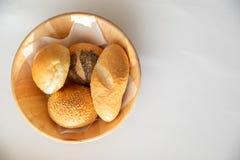 Odgórnego widoku kosz różnorodne świeże chlebowe rolki i babeczki na bielu fotografia royalty free