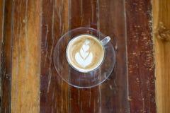 Odgórnego widoku latte sztuki kawa na drewnianym stole Obrazy Royalty Free