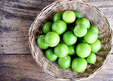 Odgórnego widoku lemoniada z świeżą cytryną na drewnianym tle Zdjęcia Stock