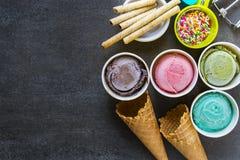 Odgórnego widoku lody smaki w filiżance fotografia royalty free