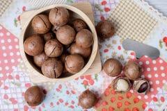 Odgórnego widoku macadamia na napery i drewnianym pucharze Zdjęcie Stock