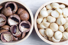 Odgórnego widoku macadamia skorupa w drewnianym pucharze i dokrętki Fotografia Stock