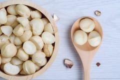 Odgórnego widoku macadamia skorupa w drewnianym pucharze i dokrętki Zdjęcie Royalty Free