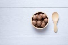 Odgórnego widoku macadamia w drewnianym pucharze Obrazy Stock