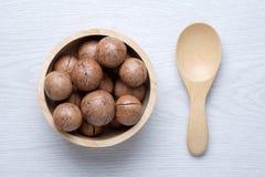 Odgórnego widoku macadamia w drewnianym pucharze Zdjęcie Royalty Free