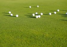 odgórnego widoku mieszkanie nieatutowy piłki golfowe na trawy tle pojęcie sport dla bogactwa, luksus, sprawność fizyczna, gra obrazy royalty free