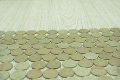 Odgórnego widoku monety na starym drewnianym biurku z kopii przestrzenią na wierzchołku fotografia royalty free