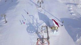 Odgórnego widoku narciarski dźwignięcie na zima kurorcie dla transportów snowboarders na śnieżnej górze i narciarek Ludzie narcia zbiory