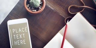 Odgórnego widoku notatnika telefonu komórkowego teksta stołu pojęcie Zdjęcia Royalty Free