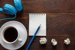 Odgórnego widoku ołówek, nutowy papier, miąca papierowa czarna kawa, hełmofon Zdjęcia Stock