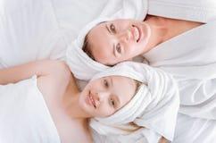 Odgórnego widoku obrazek szczęśliwa mama i córka Obrazy Royalty Free